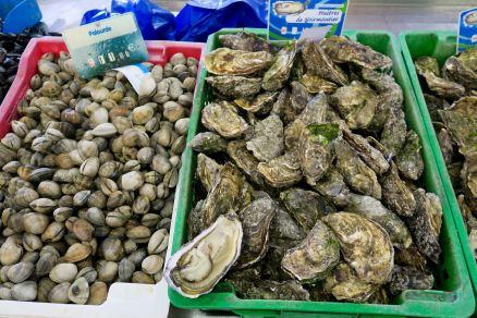 Austern und Venusmuscheln in der Markthalle von Noirmoutier