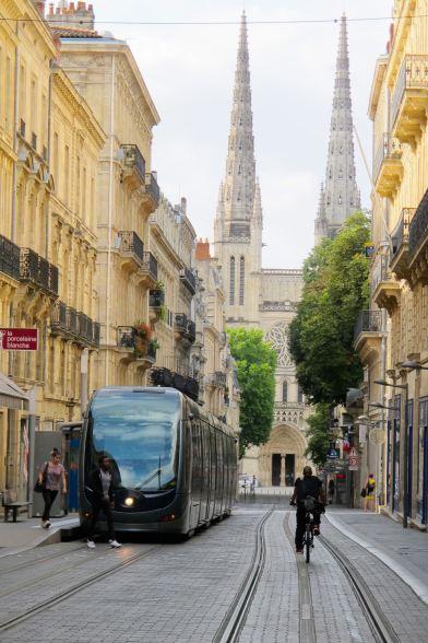 Tram in der Rue Vital Carles in Bordeaux