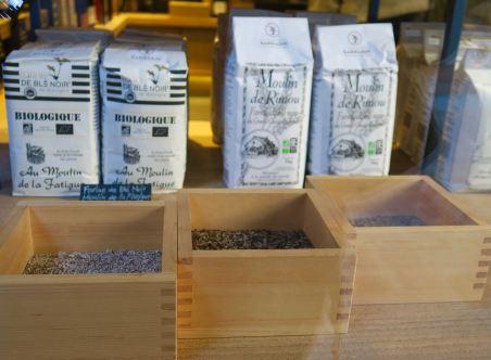 Bretonisches Bio-Buchweizenmehl im Schaufenster in Saint-Malo
