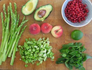 Staudensellerie grüner Spargel Pfirsiche Johannisbeeren Avocado