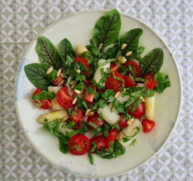 Tomaten Spargel Basilikum Pinienkerne