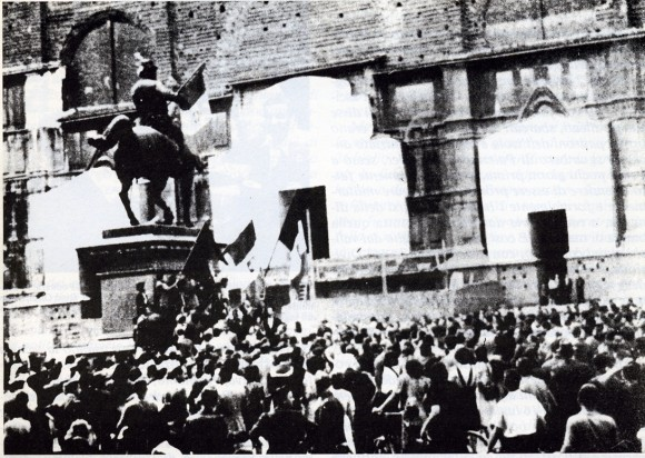 Bologna, Piazza Maggiore (già Vittorio Emanuele): i cittadini esultano per la caduta del regime fascista