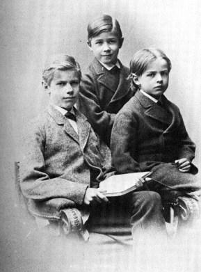 Max () con i suoi fratelli.