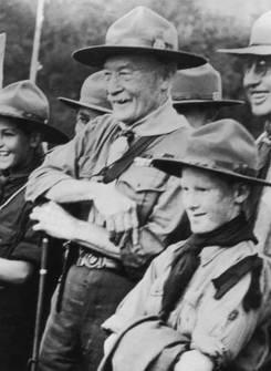 Baden Powelll con gli scout