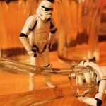 Dos robots de Las Guerras de las Galaxias quieren entrar a una botella de Coca Cola es una imagen utilizada en un post que hace referencia a las Redes Sociales Corporativas
