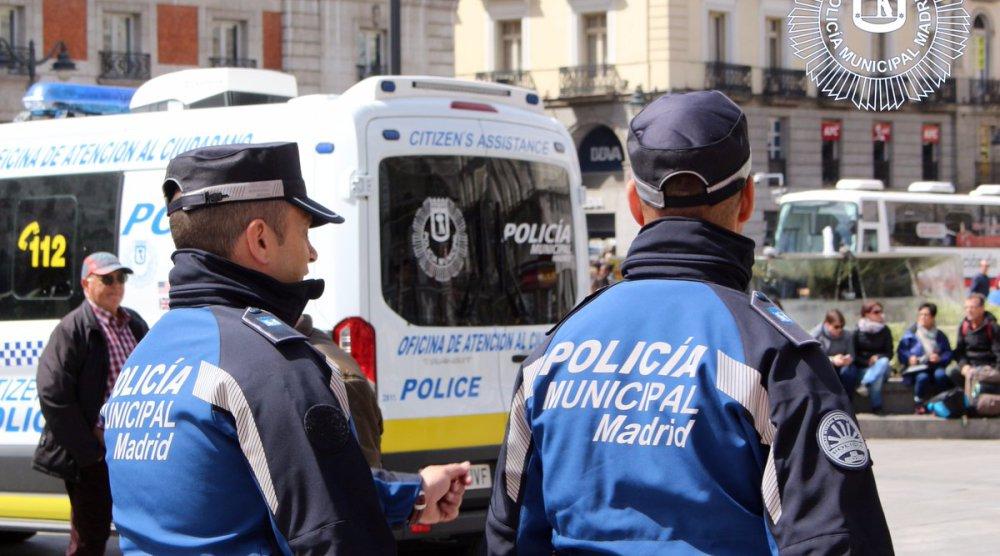 Dos policías municipales agredidos en la Puerta del Sol cuando requisaban la mercancía a un mantero