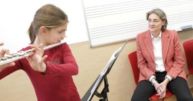 Alumna recibiendo clases de flauta