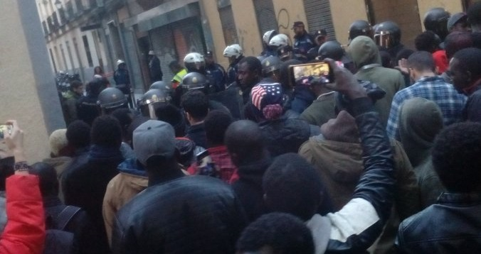 Tensión en Lavapiés por la muerte de un mantero tras una presunta persecución policial