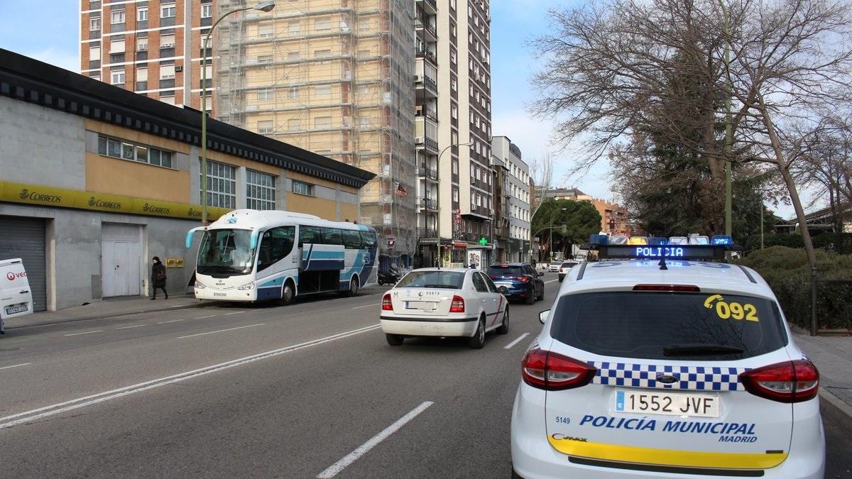 La Policía Municipal evita el abuso sexual de dos individuos a una mujer en un portal en Carabanchel