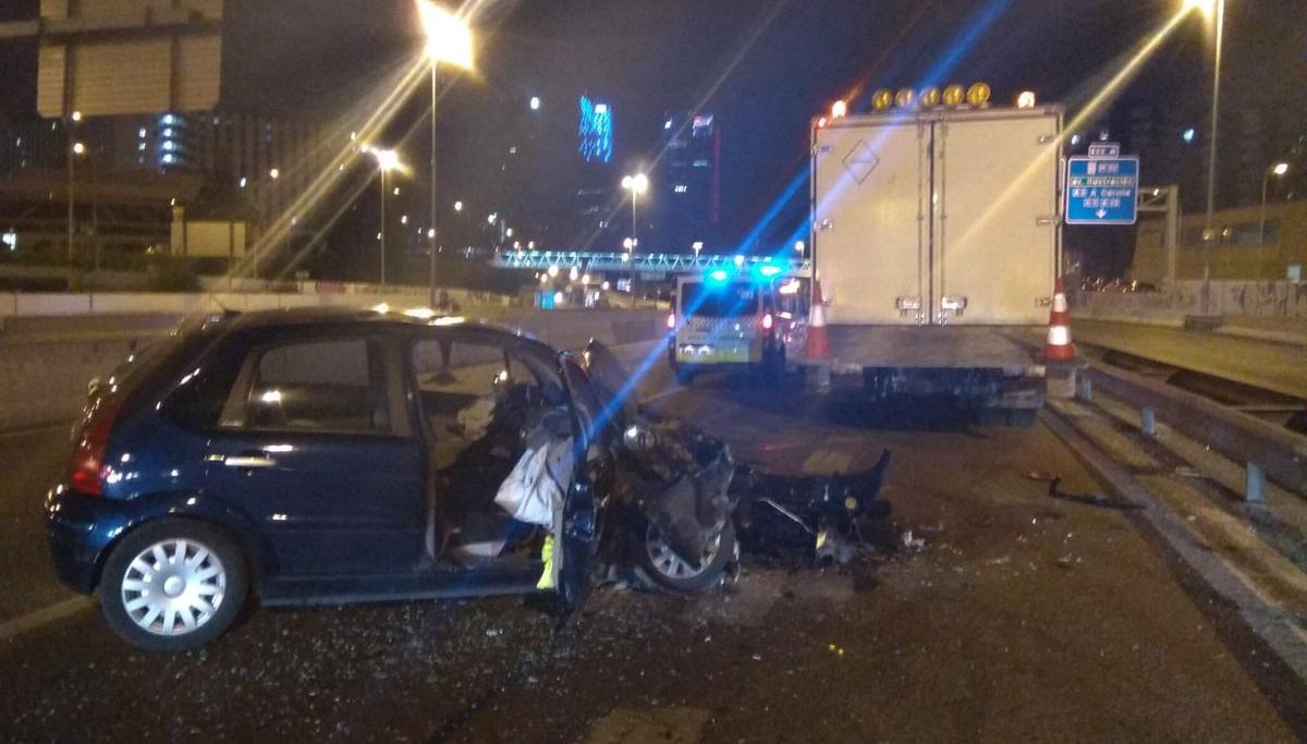 Dos heridos graves tras embestir un coche a un camion de mantenimiento en la M-607