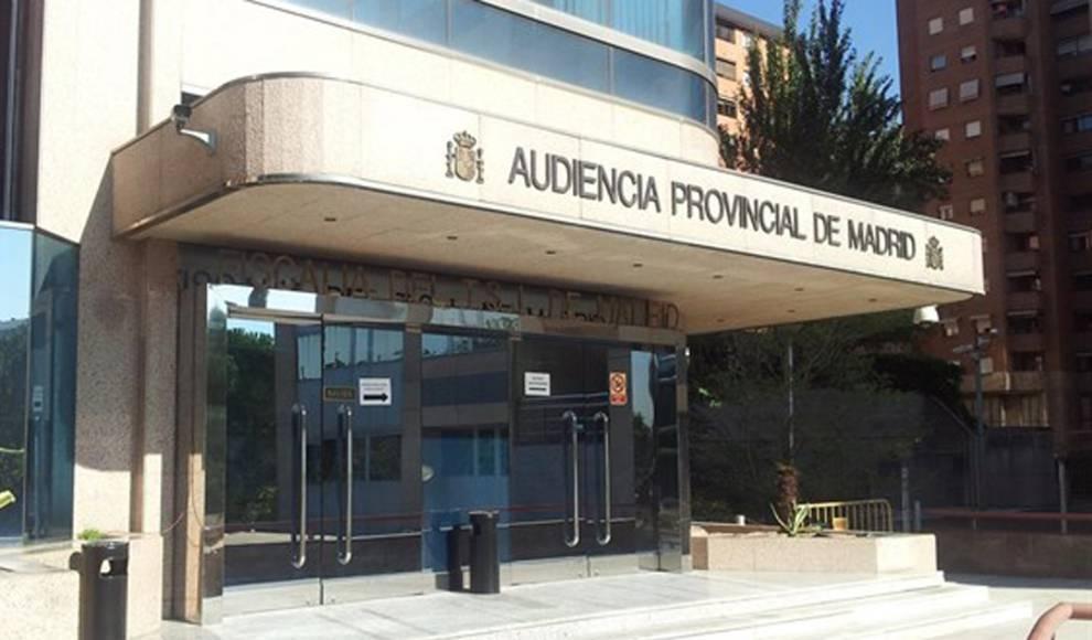 Juzgan a un policía que grababa a sus compañeras en el vestuario de su comisaría de Madrid