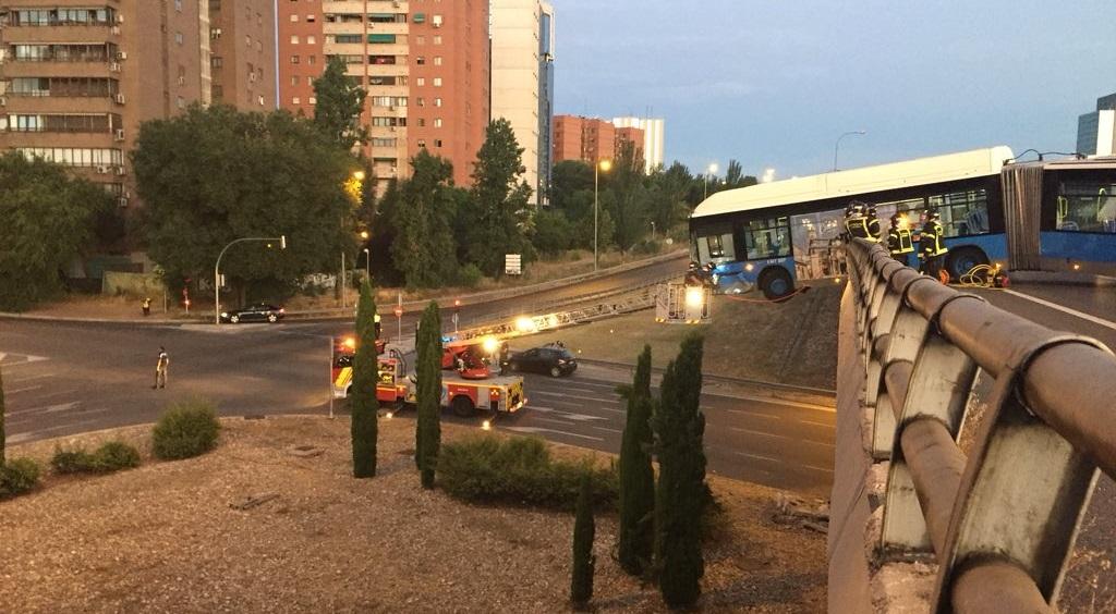 Herido leve el conductor de una lanzadera del Mad Cool tras quedarse suspendida sobre un puente en la M-11