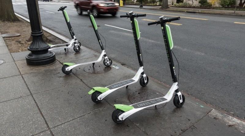 El Ayuntamiento «bajará» los patinetes de las aceras y amenaza con retirar las licencias a las operadoras si continúan los incumplimientos