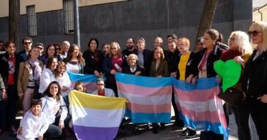 Una placa recuerda desde hoy en Chueca a las personas transexuales víctimas de violencia