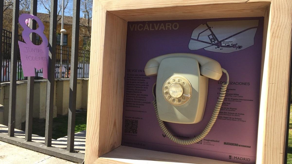 Aparecen en Vicálvaro siete teléfonos de los años 70 para viajar en el tiempo