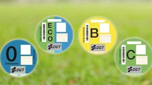 Desde hoy es obligatorio el distintivo de la DGT: las multas serán de 15 euros por no llevarlo