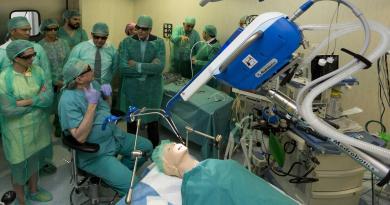 Madrid implanta el primer sistema de cirugía robótica de España que permite operar sin cicatriz