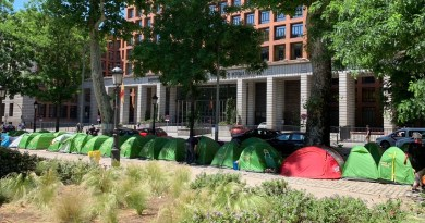 Crece la acampada de los 'sin techo' en el Paseo del Prado y ya llega hasta Cibeles