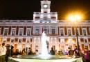 La Puerta del Sol se ilumina de dorado en apoyo a los niños con cáncer