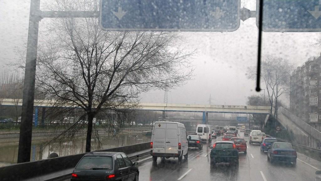 Las lluvias y el frío volverán a complicar este jueves la hora punta de entrada a Madrid