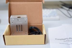 ケースと電源ケーブル(マイクロUSBでON/OFFスイッチ付き)