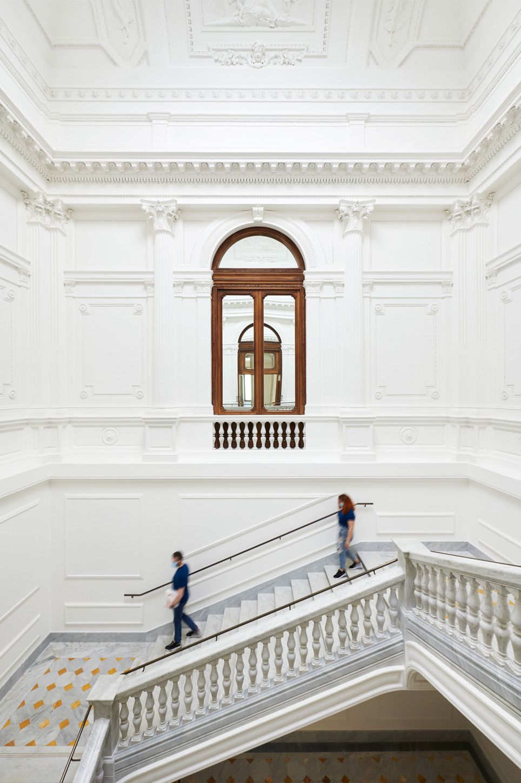 Apple Via Del Corso opens in Rome stairway 052721
