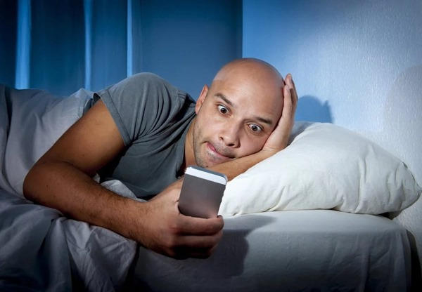 ultimate-warning-stop-using-your-smartphone-in-bed
