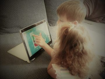 Kinder mit Notebook