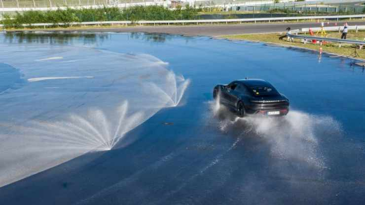 Porsche Taycan electric car drove 42 km in continuous drift, hitting the Guinness Book of Records