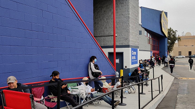 This is the queue for the GeForce RTX 3080 Ti at the recommended price.  It was formed at the BestBuy store in Los Angeles.