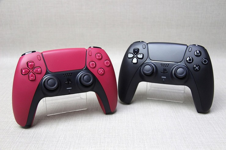 New DualSense for PS5 goes on sale.  Live photos of black and red gamepads