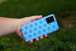 Video of the day: photochromic cover of Vivo S10 changes the pattern in the sun
