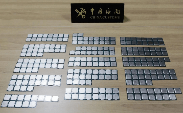 The processors are bundled, taped to the legs.  This is how smugglers smuggle Intel Core i7-10700 and Core i9-10900K CPUs across the border in Hong Kong