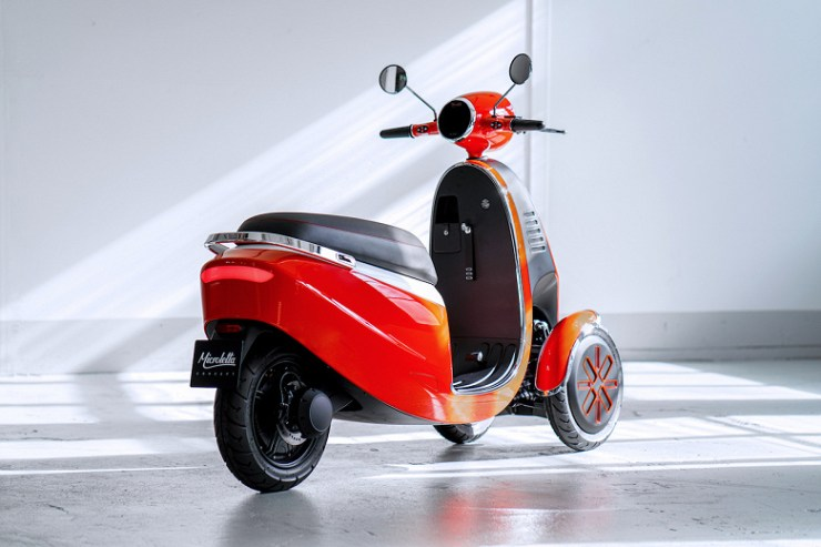 Three-wheeled electric scooter Microletta can travel 100 km without recharging