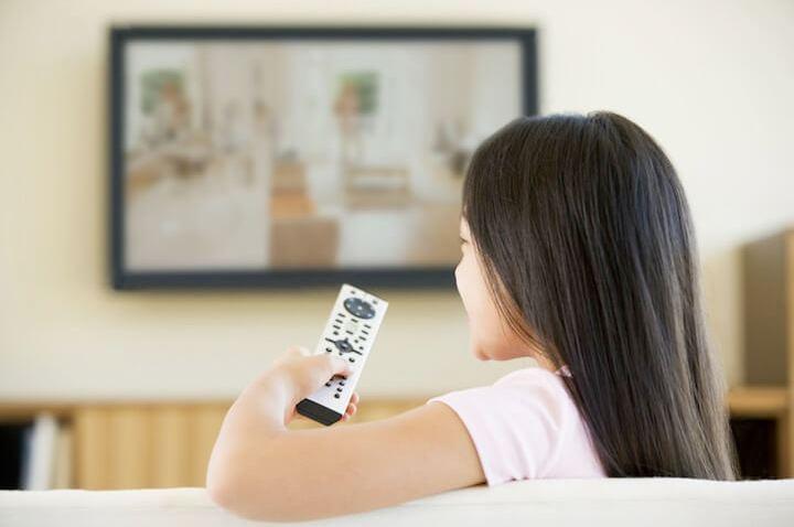 Kind vorm Fernseher | © panthermedia.net / Monkeybusiness Images