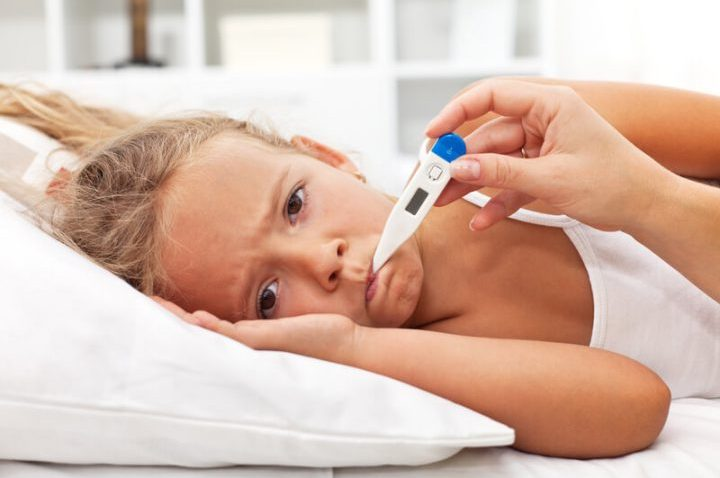 Krankes Kind mit einem Fieberthermometer | © panthermedia.net /ilona75