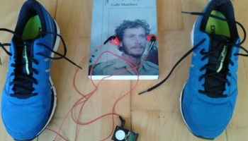 El escritor Gabi Martínez prueba los auriculares Yurbuds
