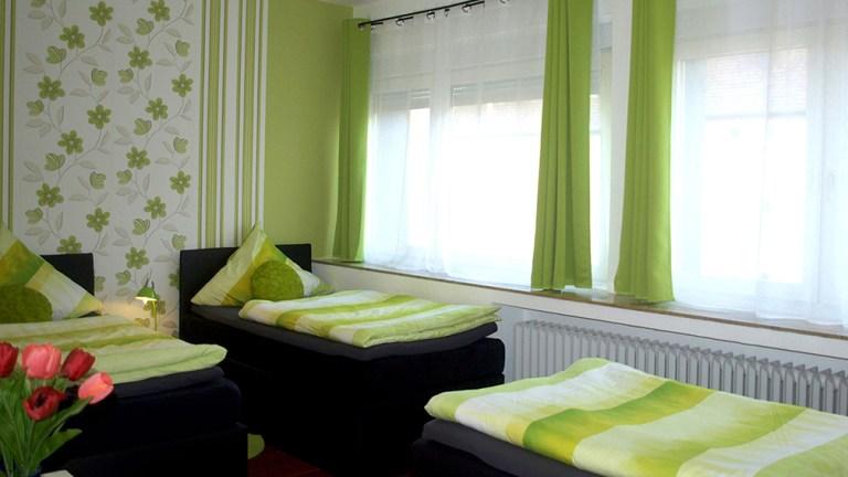 terrassen-apartment-dreibettzimmer-boxspring-bett