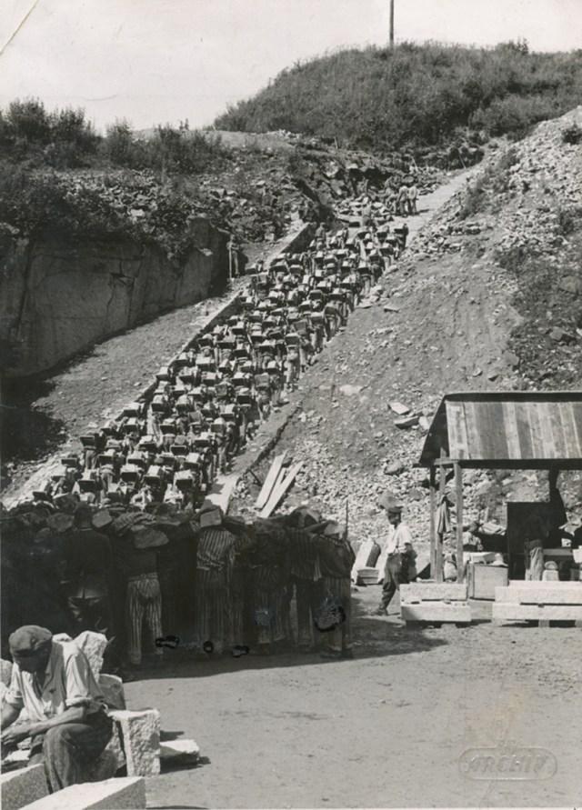 1 Mauthausen,_Häftlinge_im_Steinbruch.jpg