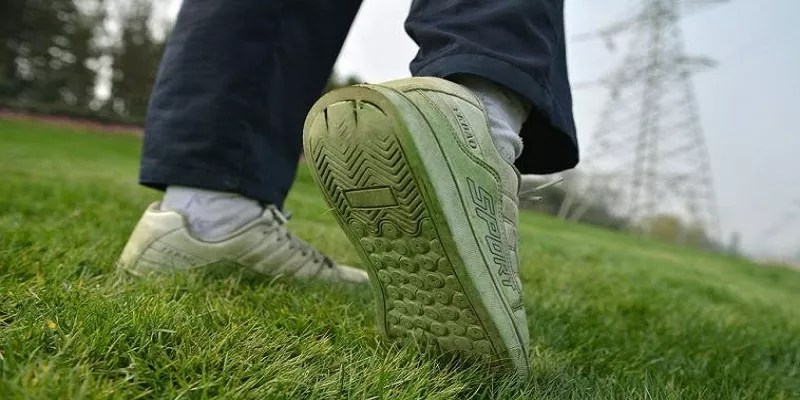 Read more about the article How to get grass stains out of shoes – The ultimate methods give your pair a brand new look