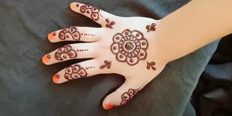 Read more about the article 50+ Mehndi Designs For Kids 2021