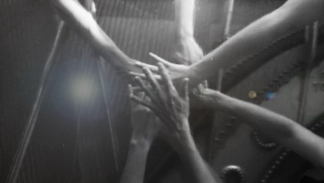 Linier - bild på dansares händer