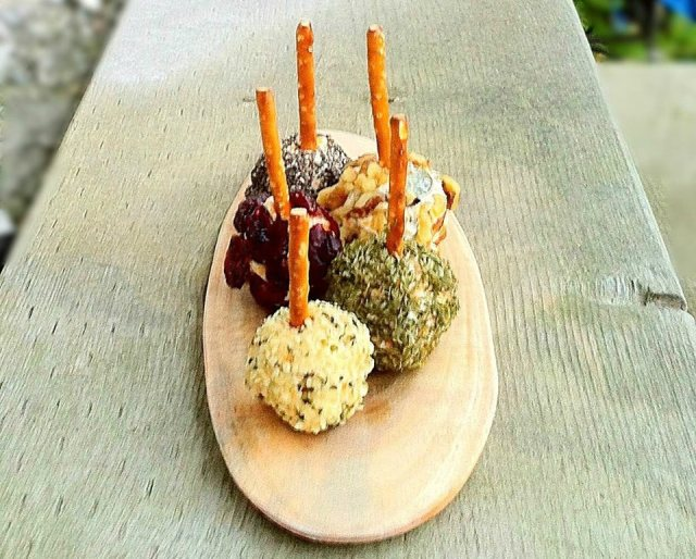 Delicious mini cheese balls - a great appetizer to start off your Christmas dinner! Check out more fabulous Christmas ideas in the #12DaysOf Christmas at GagenGirls.com