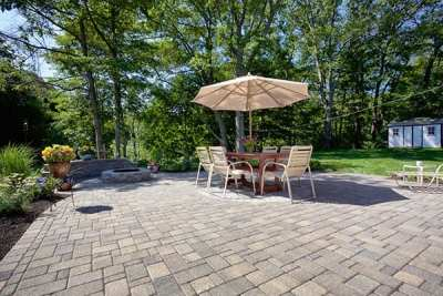 Colonial Cobble Fieldstone Blend w/ Riverside Firepit