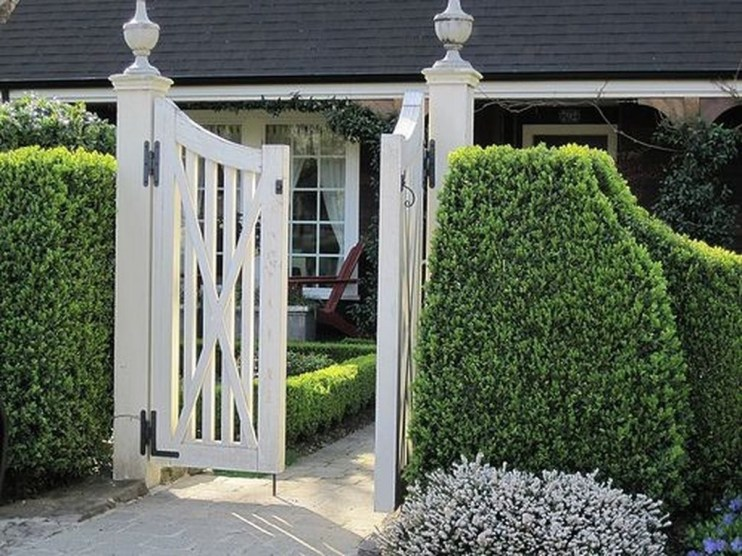 Wonderful Front Yard Ideas With Contemporary Fence 32