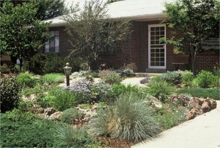 Newest Green Grass Design Ideas For Front Yard Garden 22