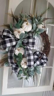 Splendid Wreath Designs Ideas For Front Door To Welcome Halloween 11