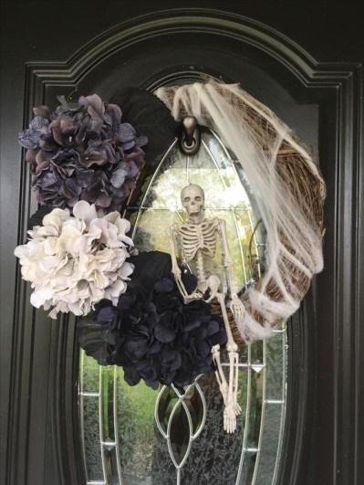 Splendid Wreath Designs Ideas For Front Door To Welcome Halloween 15