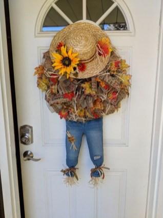 Splendid Wreath Designs Ideas For Front Door To Welcome Halloween 30