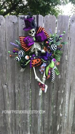 Splendid Wreath Designs Ideas For Front Door To Welcome Halloween 31